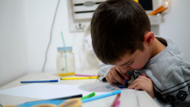 cute little boy drawing at home - solo bambini maschi video stock e b–roll