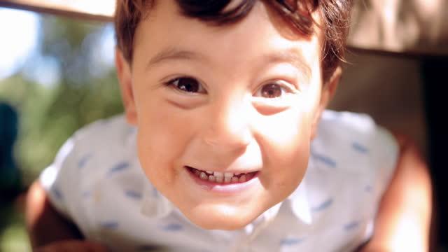 かわいい男の子が微笑んでカメラを見て - 4歳から5歳点の映像素材/bロール