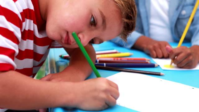かわいい男の子カラーリングで、スクール形式 ビデオ