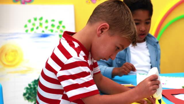 かわいい男の子を持つアート時間のスクール形式 ビデオ