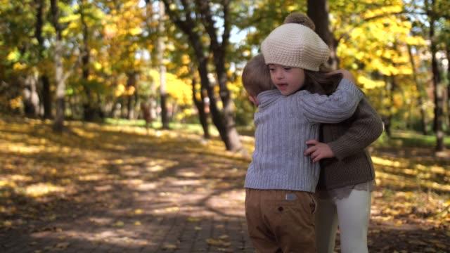 自然の中で抱きしめるかわいい弟と妹 - disabilitycollection点の映像素材/bロール