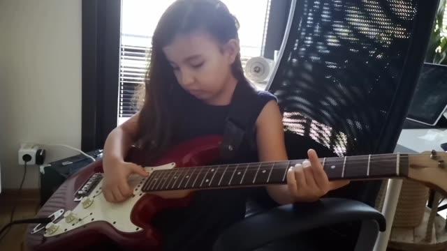 söt liten barn flicka som spelar elektrisk guitare - gitarrist bildbanksvideor och videomaterial från bakom kulisserna