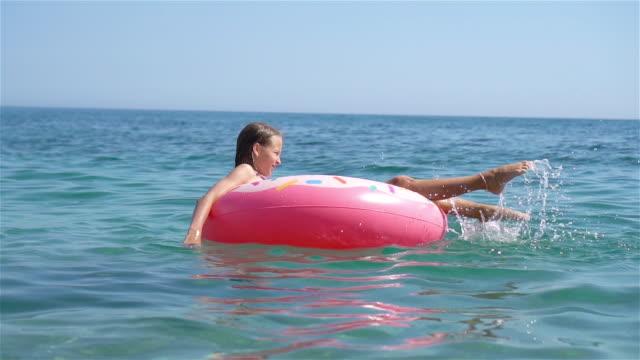 cute little girl at beach during summer vacation - wschodnio europejski filmów i materiałów b-roll