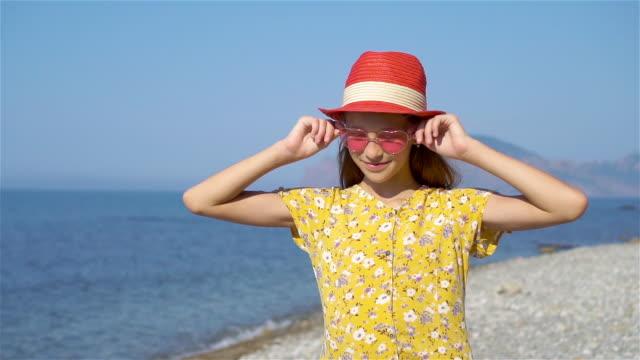 cute little girl at beach during vacation - wschodnio europejski filmów i materiałów b-roll