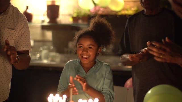 niedliche kleine mädchen feiern geburtstagsparty mit ihrer familie - geburtstagskerze stock-videos und b-roll-filmmaterial
