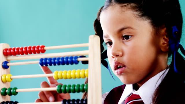 söt liten flicka räknar med abacus - abakus bildbanksvideor och videomaterial från bakom kulisserna