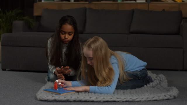 söt liten tjej gör manikyr med nagellack - nagellack bildbanksvideor och videomaterial från bakom kulisserna