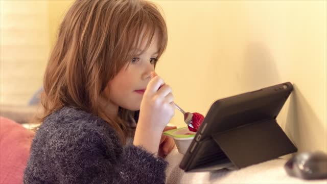 söt liten flicka äter jordgubbar - endast flickor bildbanksvideor och videomaterial från bakom kulisserna