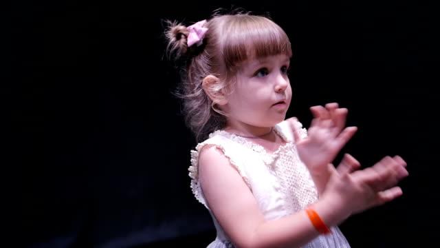 Niedliche kleine Mädchen Kleid tanzen am Abend Disco kids – Video