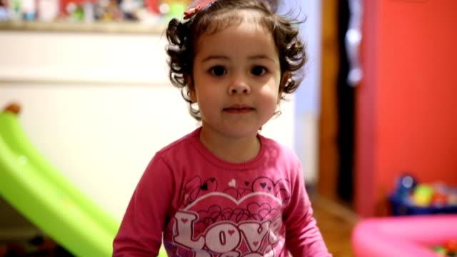 귀여운 소녀만 게임하기 집에서요 - 속 편함 스톡 비디오 및 b-롤 화면