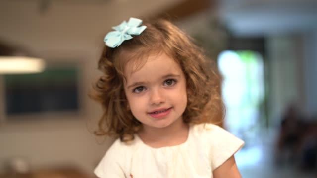 vídeos y material grabado en eventos de stock de lindo pequeño retrato de niña en casa - niñas bebés