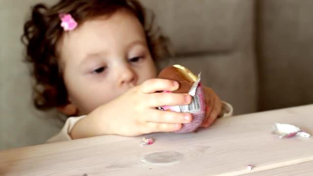 驚き、キンダー卵とかわいい女の子 ビデオ