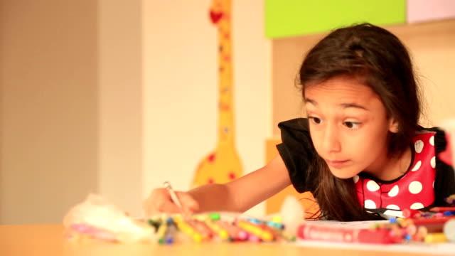 かわいい小さな prescoolの女の子の図面 にカラフルな鉛筆 ビデオ