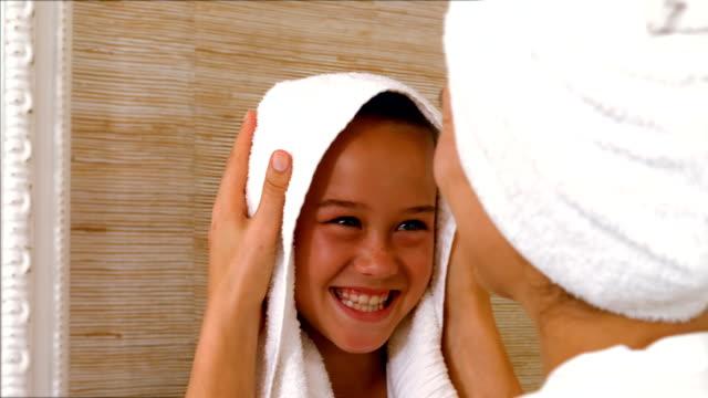 vidéos et rushes de mignonne mère et la fille dans la salle de bain - prendre un bain