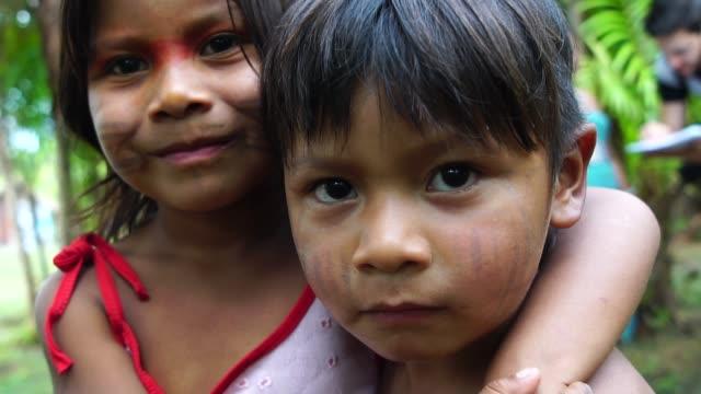 niedliche native brasilianischen brüder aus tupi-guarani stamm, brasilien - brasilianische kultur stock-videos und b-roll-filmmaterial