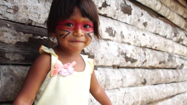 niedliche native brasilianischen kind aus tupi-guarani stamm, brasilien - stamm stock-videos und b-roll-filmmaterial