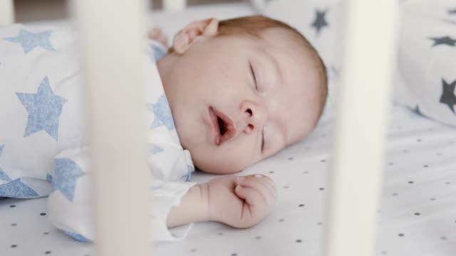 vídeos de stock e filmes b-roll de cute newborn baby sleeping in swinging cradle - dormir