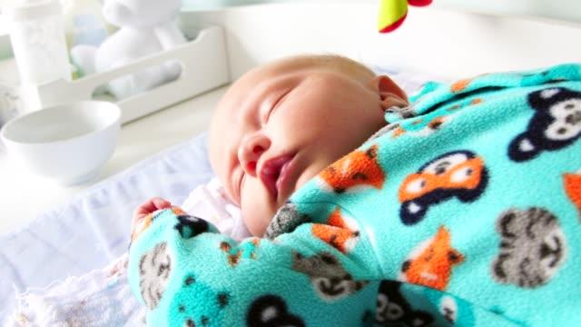 vídeos de stock, filmes e b-roll de cute bebê recém-nascido dormindo - brasileiro pardo