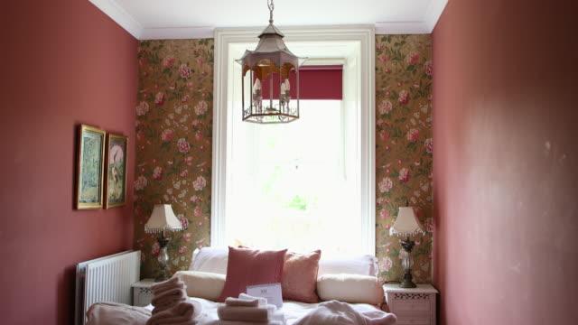 söt rosa sovrum - blommönster bildbanksvideor och videomaterial från bakom kulisserna