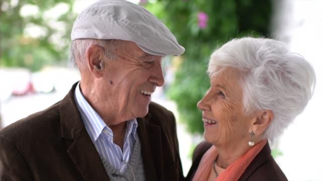 urocza starsza para patrząca na siebie podczas ogarnięcia - siwe włosy filmów i materiałów b-roll