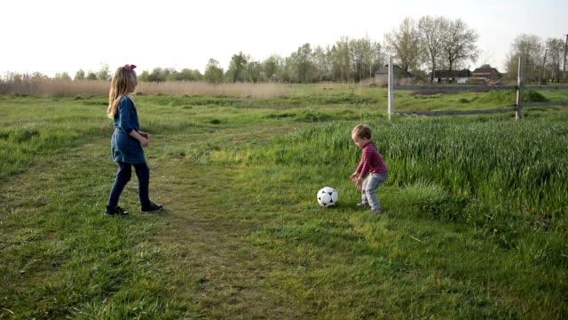 かわいい兄弟一緒にサッカー屋外 - 兄弟姉妹点の映像素材/bロール