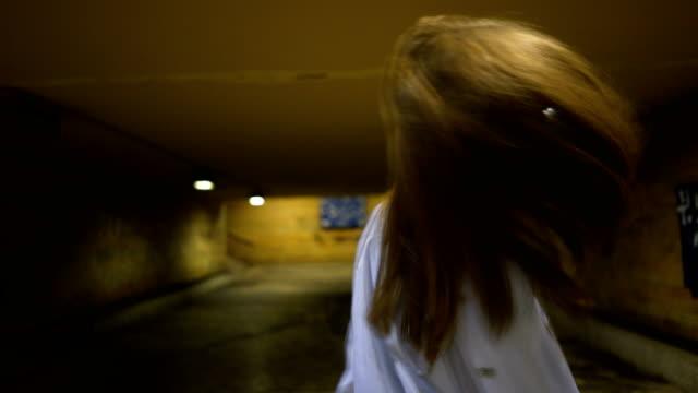 vídeos y material grabado en eventos de stock de linda chica adolescente posando en el túnel del metro - sudadera