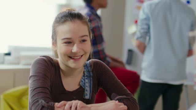 先生に話しているかわいい十代の少女 ビデオ