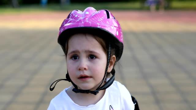 vídeos de stock e filmes b-roll de cute toddler crying in the park - criança perdida