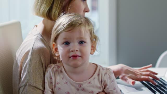 söta barn girl tittar på kameran - working from home bildbanksvideor och videomaterial från bakom kulisserna