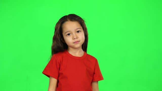 vídeos de stock e filmes b-roll de cute toddler on green background - teeshirt template