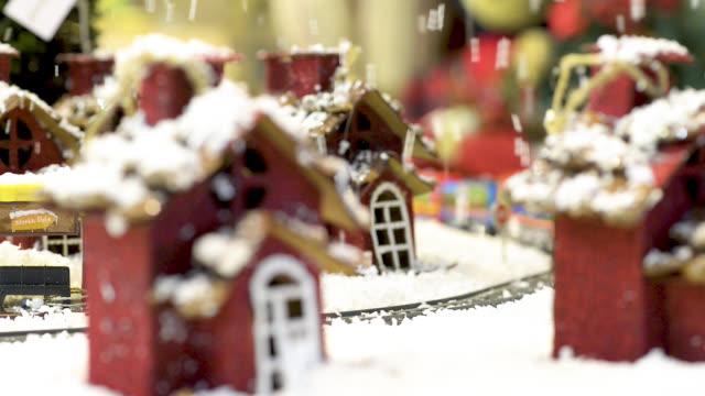 söt leksak stad med tåg flyttas under snön. - christmas decorations bildbanksvideor och videomaterial från bakom kulisserna