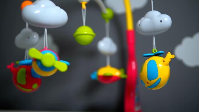 vídeos de stock, filmes e b-roll de brinquedo de berço bonito vertiginosas - mobile