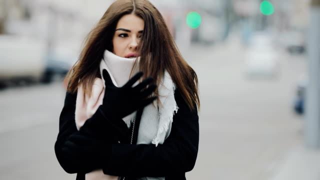 sevimli kadın yürüyüş frost günde kış city buz gibi - dondurulmuş stok videoları ve detay görüntü çekimi
