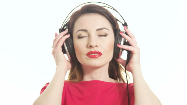 Hübsche Frau hören Sie Musik Zwinkern in die Kamera – Video