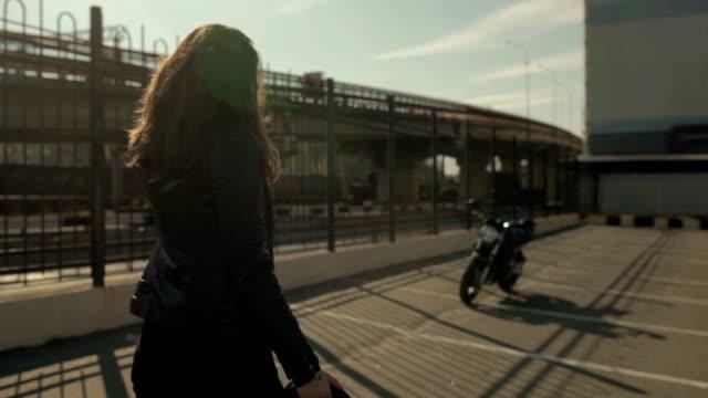 vídeos de stock e filmes b-roll de cute young brunette woman and motorcycle on street - helmet motorbike