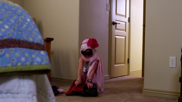 urocza dziewczynka gra ozdabiają - dobrze ubrany filmów i materiałów b-roll
