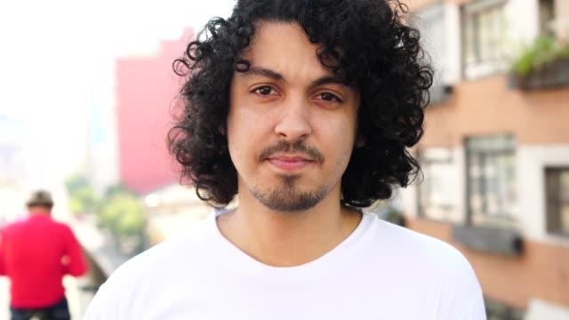 süße junge männer mit dem lockigen haar portrait - brasilianische kultur stock-videos und b-roll-filmmaterial