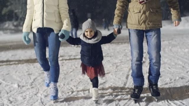 cutie łyżwiarstwo z rodzicami - łyżwa filmów i materiałów b-roll