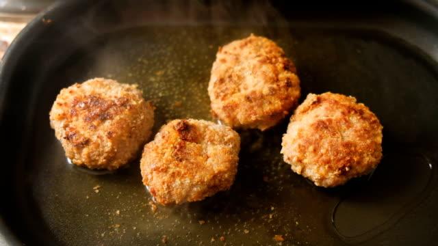 프라이팬에 다진된 고기 튀김에서 cutlets - burger and chicken 스톡 비디오 및 b-롤 화면