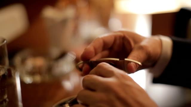 taglio un sigaro - sigaro video stock e b–roll