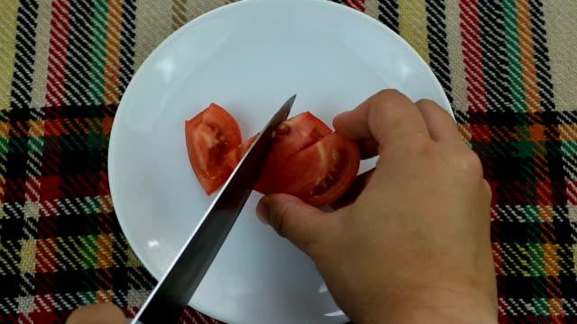 上からピンクのトマトをカット - 叙情的な内容点の映像素材/bロール