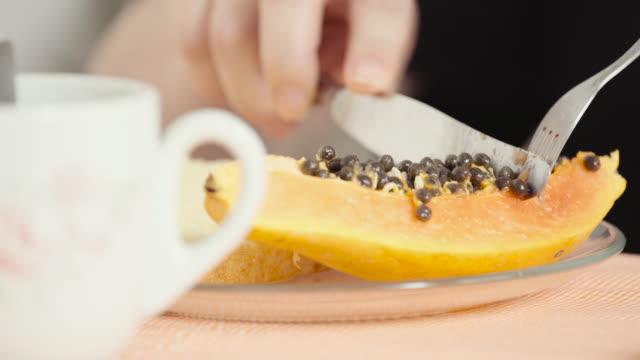 cutting a slice of papaya - happy holidays filmów i materiałów b-roll