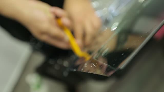 車のガラスの色合いのフィルムを切断 - フィルタ化点の映像素材/bロール