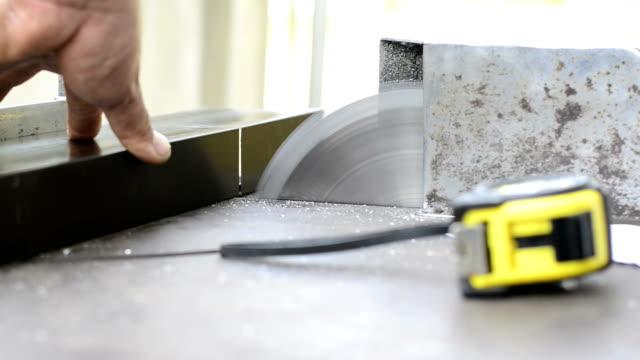 moderne aluminium - bandsäge stock-videos und b-roll-filmmaterial