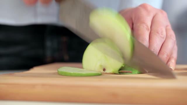 vidéos et rushes de couper en tranches de pomme - aliment en portion