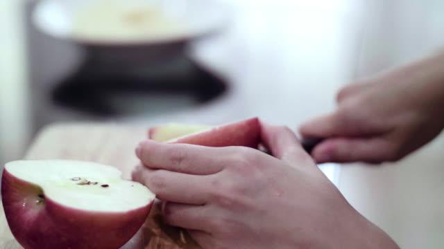 vídeos y material grabado en eventos de stock de cu: corte apple - cortar en trozos preparar comida