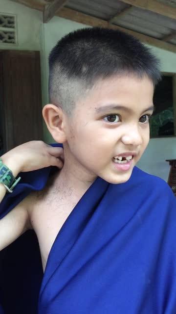 schneiden asiatische kleine jungen haare zu hause - friseur lockdown stock-videos und b-roll-filmmaterial