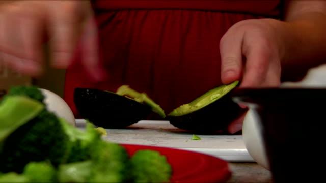 schneiden avocado - geschält stock-videos und b-roll-filmmaterial