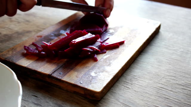 schneiden rüben auf einem board koch - chenopodiacea stock-videos und b-roll-filmmaterial