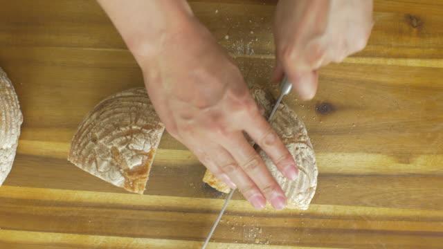 빵 을 자르기 - 식빵 한 덩어리 스톡 비디오 및 b-롤 화면